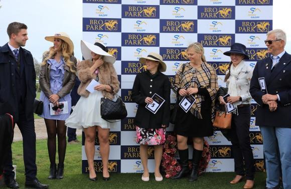 Best Dressed-tävlingen hade trots de lockande priserna till ettan, tvåan och trean en mycket begränsad deltagarskara i år. Kanske var det de kyliga vindarna som avskräckte?!