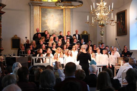 Invigningen förgylldes med fantastisk körsång av Decibelkören, Himlakören, Andreaskören, Capella Cantica, Ceciliakören och Gospelkören.