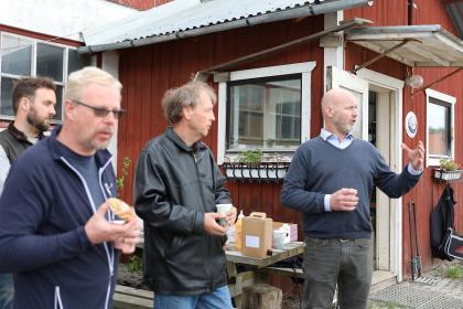 Daniel Riesterer, längst till höger, pratar om vikten om samverkan mellan jordbruket, politiken och kommunen/staten. Kollegorna från gårdarna runt i kring, Henrik Tesch, Kvarnnibble, Krister Sjögård, Norrboda samt i förgrunden Clas Johansson, Ekedal, håller med.