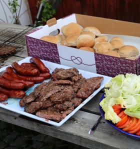 Lokalodlat och lokalproducerat! Korvarna och hamburgarna kommer från Kvarnnibble Gård. Hamburgerbröden är bakade av Bageri Mazarin med mjöl från Norrboda Gård.