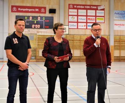 Sparbanken gjorde ett bejublat besök på handbollsplanen när de delade ut stipendier till några av Kungsängens SKs duktiga ledare. Klubben fick även ett ledarutvecklingsstipendium. Från vänster: Henrik Roempke, kontorschef i Kungsängen, Catharina Andersson,vice ordförande i Sparbanken Enköping, samtGöran Hedman som är VD på Sparbanken Enköping.<br />