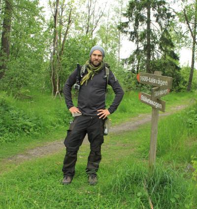 UBRO mötte upp Stiko, eller Per Larsson som han egentligen heter, och gick med en kilometer eller så på den ungefär 100 mil långa vandringen. Vad kunde väl passa bättre än att ta en fotopaus vid Dalkarlsbacken med en vandrande Dalmas?
