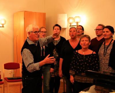 I femtio år har Alvar Nilsson berikat musikscenen i Kungsängen och Upplands-Bro. Få körledare kan stoltsera med en lika imponerande bred repertoar som honom.