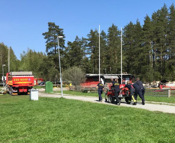Vid 14.30-tiden på torsdagen packade brandmännen ihop sin utrustning.