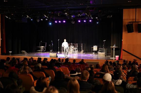 Ekhammarskolans aula var på tisdagen fylld med niondeklassare som lyssnade på Paolo Robertos föreläsning \