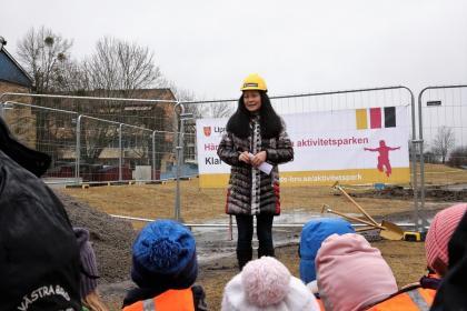 Hannah Rydstedt som är Kultur- och fritidschef i Upplands-Bro hälsade alla välkomna till det officiella startskottet för den nya Aktivitetsparken i Bro.