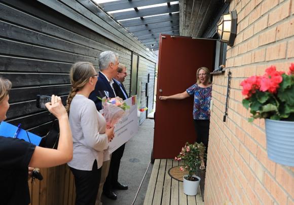 Inte varje dag man får en så glad överraskning när det plingar på dörren! Lotta Hofverberg som driver Brunna Skogstroll fick årets Pedagogiska pris.
